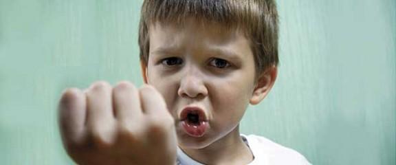 کارهای کودک را تایید کنیم یا با او قاطع باشیم؟